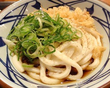 静岡駅北の呉服町通り沿い、伊勢丹前に「丸亀製麺静岡呉服町店」があります♪JR静岡駅そばのインターネットルームHITOTOKI